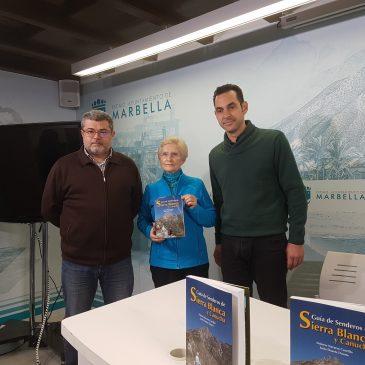 Sostenibilidad distribuye más de 300  ejemplares de la 'Guía de Senderos de Sierra Blanca y Canucha' en centros educativos y colectivos del municipio