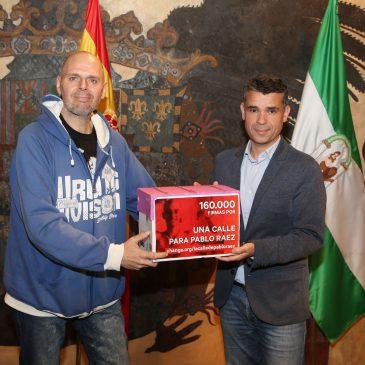 El alcalde recibe al promotor de una iniciativa que ha entregado más de 160.000 firmas en el Consistorio para que Pablo Ráez tenga una calle en Marbella
