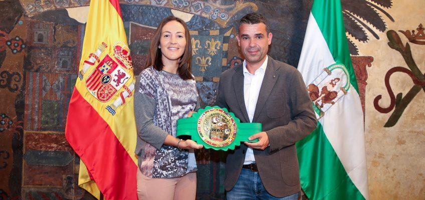 El alcalde destaca la trayectoria de la luchadora Iman Ghbalou, que ha puesto el broche de oro a su carrera ganando el Campeonato de Europa WBC de Muay Thai