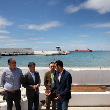 El Ayuntamiento acomete el dragado de la bocana del Puerto Deportivo para mejorar la accesibilidad y destinará los 12.000 metros cúbicos de arena extraída a la estabilización de las playas