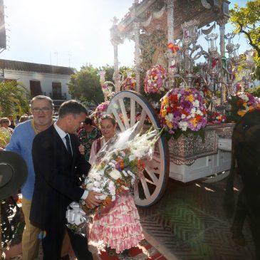 El alcalde de Marbella, José Bernal, ha participado hoy en la ofrenda floral a la Hermandad del Rocío de la ciudad en su camino hacia la Aldea del Rocío.