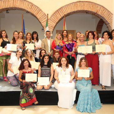 El alcalde entrega los diplomas a las 30 mujeres que han participado en el curso 'Gestión del talento femenino'