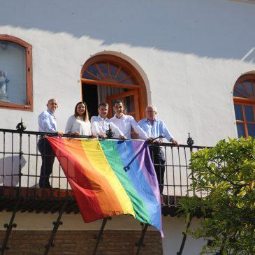 Las banderas arco iris ondean en las dependencias municipales con motivo del Día Internacional del Orgullo LGTBI