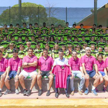 El alcalde acompaña a los participantes del VIII Campus Internacional de Fútbol Xarblanca que dirige el exfutbolista Juan Jesús Cabrera