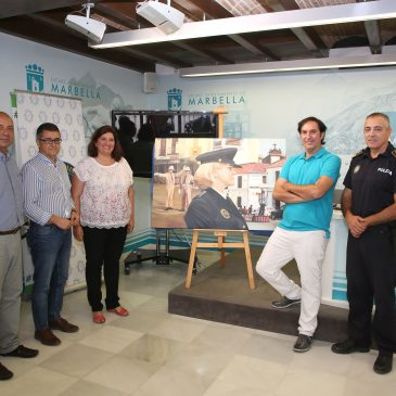 El Ayuntamiento recibe la donación de un cuadro pintado por un policía local con motivo del 150 Aniversario del Cuerpo
