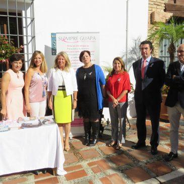 La alcaldesa de Marbella, Ángeles Muñoz, ha participado hoy en un acto de suelta de globos celebrado en la puerta del Ayuntamiento con motivo del Día Mundial contra el Cáncer de Mama