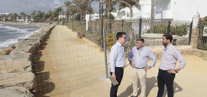 El Ayuntamiento invierte 350.000 euros en la renovación de 25.000 metros cuadrados de albero en el Paseo Marítimo y la mejora de las infraestructuras
