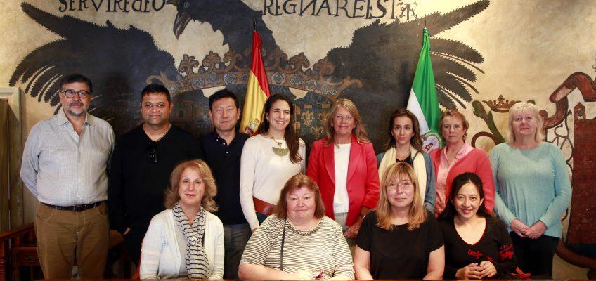 La alcaldesa recibe a representantes de agencias de viaje del sector del lujo que visitan la ciudad en un 'fam trip'