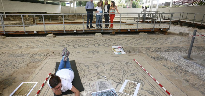 El Ayuntamiento inicia los trabajos de restauración del mosaico de Medusa de la Villa Romana   La alcaldesa ha presentado las labores de reconstrucción para recuperar el valor histórico y estético del mosaico