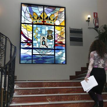 El Ayuntamiento culmina los trabajos de sustitución de la vidriera preconstitucional por el escudo de Marbella
