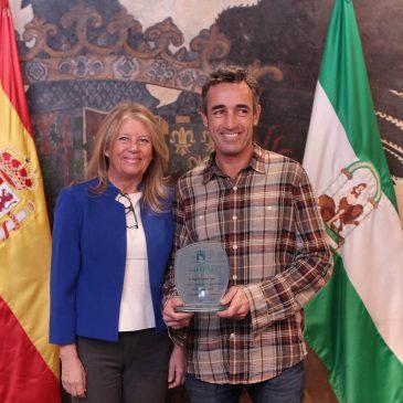 El Ayuntamiento reconoce la labor del palmerero municipal Miguel Ángel Sánchez