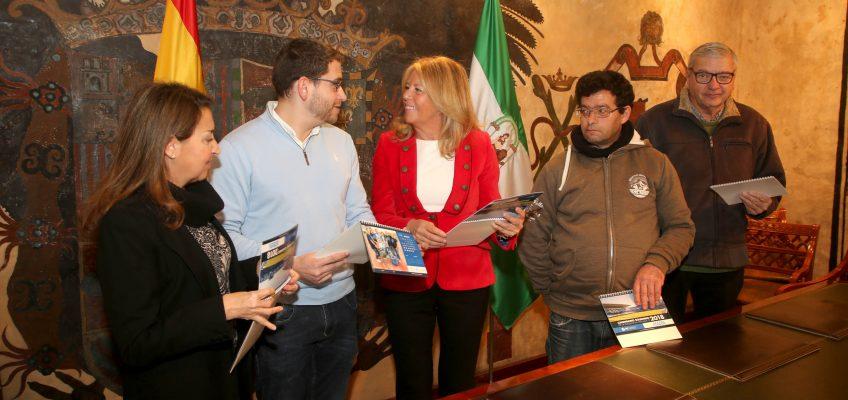 La alcaldesa respalda la labor de la asociación Afesol, protagonista del mes de septiembre en el calendario de la Fundación Málaga CF