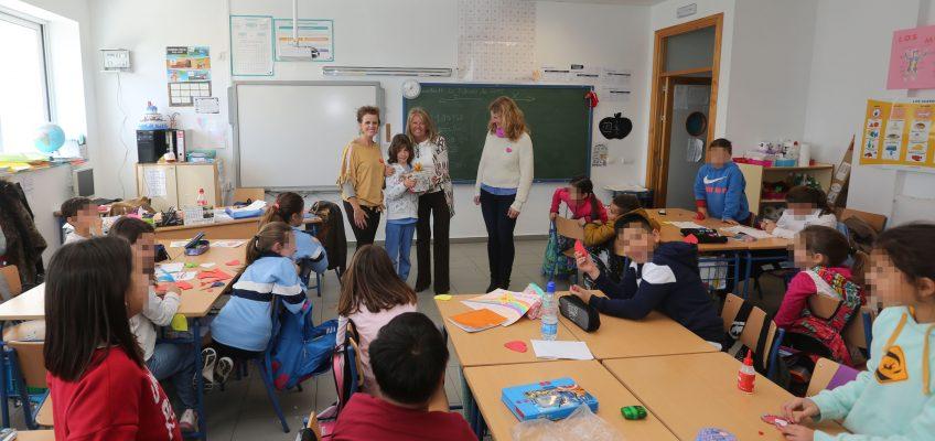El CEIP Mario Vargas Llosa recibe un lote de libros tras ganar uno de sus alumnos el Concurso de Redacciones Navideñas en la categoría de 4º, 5º y 6º de Primaria