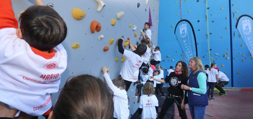 El Ayuntamiento inaugura el rocódromo 'María Maestro' en el polideportivo Paco Cantos