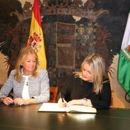 """La alcaldesa recibe a Mari Mar Blanco en el Ayuntamiento y destaca """"su valía, entereza y los valores que representa"""""""