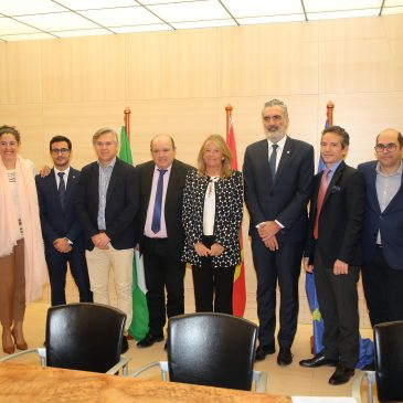 El Ayuntamiento y AEHCOS firman un convenio para potenciar la promoción turística de la ciudad y favorecer la desestacionalización