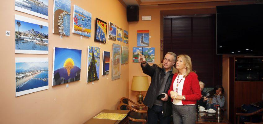 La alcaldesa visita la exposición del concurso de dibujo 'El sur de Marbella, ¿cómo imaginas la ciudad con sus espigones?'