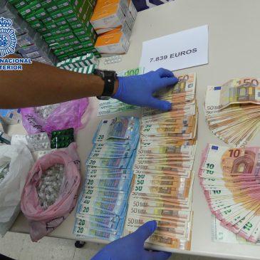 El detenido era dueño de una tienda de suplementos deportivos en la localidad torremolinense  La Policía Nacional detiene en Torremolinos (Málaga) a una persona y se incauta de más de 52.000 dosis de anabolizantes y otros productos dopantes procedentes del mercado ilícito