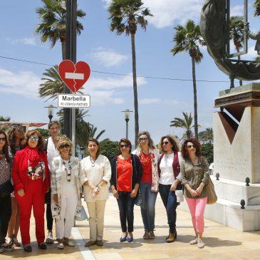 El Ayuntamiento instala una señal icono en la avenida del Mar como muestra de su adhesión a la campaña 'Suma y late. No a la violencia machista'