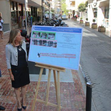 El Ayuntamiento da un nuevo paso dentro del Plan Marbella Centro con la remodelación de la calle Alonso de Bazán   La alcaldesa ha visitado hoy la zona con el concejal de Obras y ha destacado la inversión superior a los 400.000 euros en la actuación