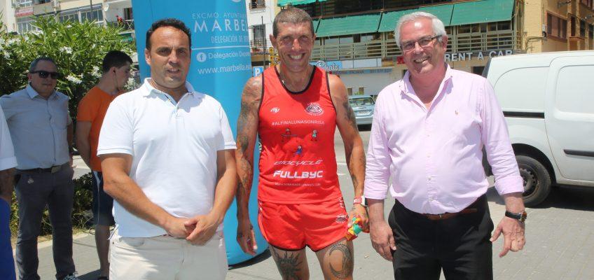 San Pedro Alcántara recibe al deportista Fernando Plaza en su 'Desafío Transibérico' por la península para recaudar fondos a beneficio de la Asociación Sonrisa de Lunares