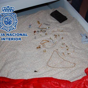 La investigada fue arrestada en el municipio de Almargen  La Policía Nacional detiene a una mujer por el asalto a una octogenaria en el interior de su vivienda en Antequera (Málaga)