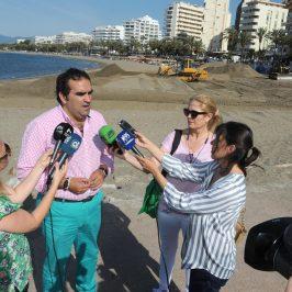 Las playas de La Fontanilla y San Pedro Alcántara reciben 14.000 metros cúbicos de aportes de arena para afrontar la temporada estival en estado óptimo