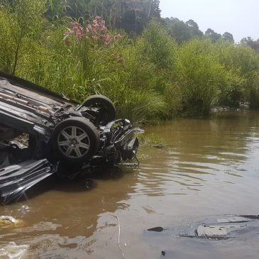 Bomberos rescatan a una joven cuyo coche se precipitó por un barranco de 50 metros   La víctima fue excarcelada del vehículo, que quedó boca abajo en el cauce del río Guadalmina
