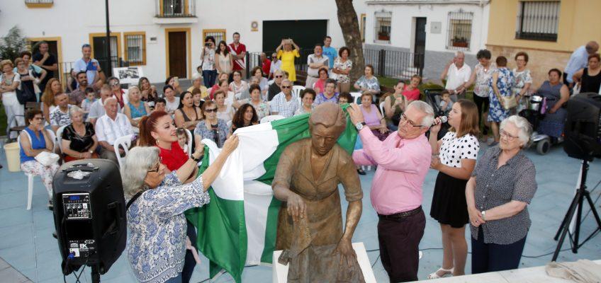 La plaza José Agüera cuenta ya con la escultura de una lavandera en homenaje a la mujer de San Pedro Alcántara