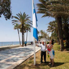 La playa de San Pedro Alcántara recupera la bandera azul que garantiza la calidad de los servicios para el bañista