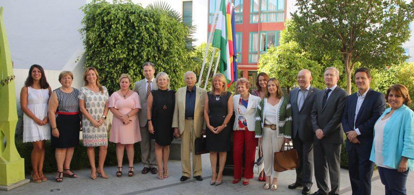 El Ayuntamiento aborda con el cuerpo consular la importancia del empadronamiento de los residentes extranjeros para la mejora de los servicios públicos   La alcaldesa, Ángeles Muñoz, ha mantenido un encuentro con los diplomáticos de una veintena de naciones