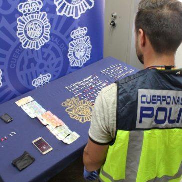 En un operativo contra el tráfico de droga a pequeña escala  La Policía Nacional detiene a un hombre con 126 dosis de cocaína y otras 37 de heroína en plena operación de venta de estupefacientes en Málaga capital
