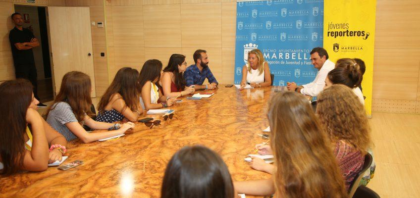 La alcaldesa participa en el taller 'Jóvenes Reporteros' en el Palacio de Ferias y Congresos