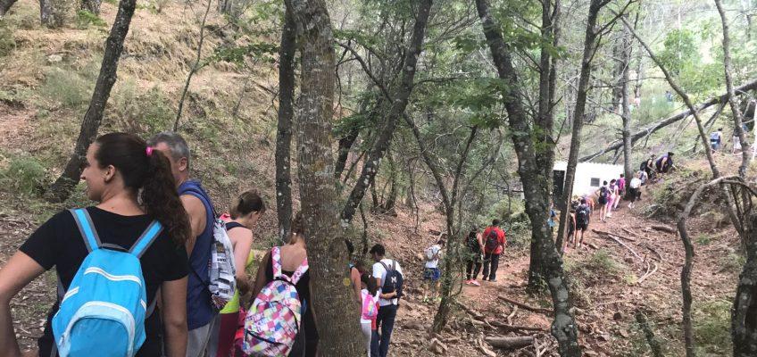 Ojén apuesta por el ocio de naturaleza entre sus jóvenes con una ruta de senderismo al Charco de la Mozas y otra nocturna a la Cruz de Juanar