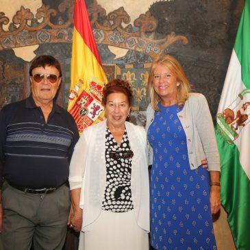La alcaldesa recibe a la artista María Teresa Sánchez 'La Cañeta de Málaga' tras la aprobación en el último Pleno de otorgar su nombre a una calle de la ciudad