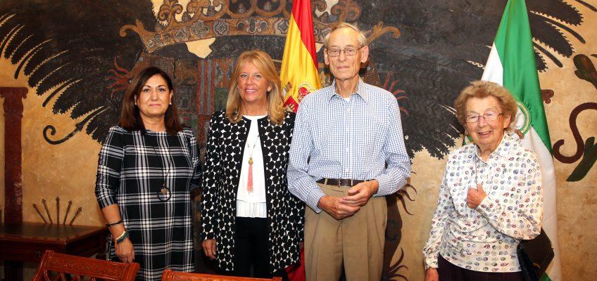 La alcaldesa destaca la trayectoria del historiador e hispanista británico John Elliot, que se encuentra en Marbella para participar en el ciclo 'España. 40 años de historia'