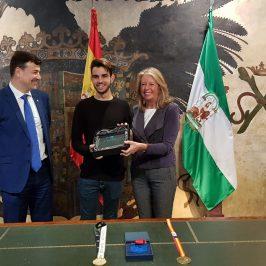 El Ayuntamiento reconoce la labor profesional del joven peluquero Tomás Rivera