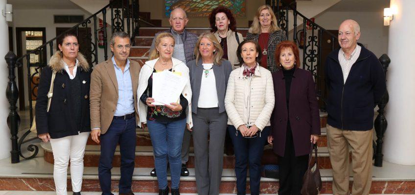 La alcaldesa respalda a los vecinos en su petición a la Junta de Andalucía para que convierta la antigua sede de Urbanismo en centro de salud