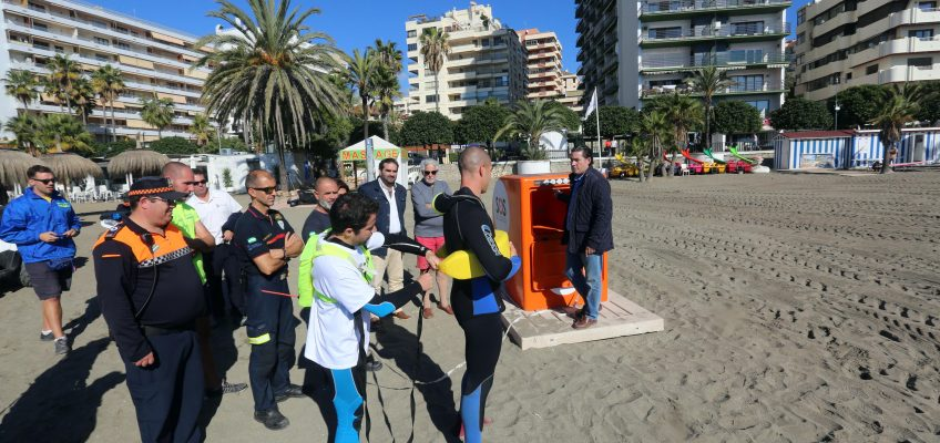 Bomberos, Protección Civil y socorristas participan en un simulacro de salvamento mediante el uso de los puntos naranjas instalados en las playas