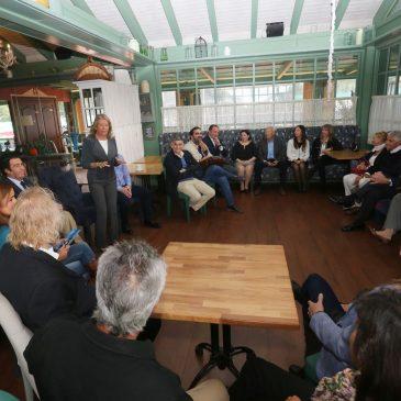 La alcaldesa traslada a los vecinos de El Rosario el proyecto de saneamiento que se ejecutará en la zona este de Marbella en 2019