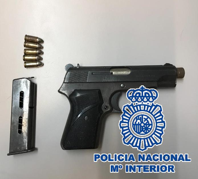 La Policía Nacional detiene a un hombre por amenazar y agredir con una pistola al propietario de un taller mecánico de San Pedro de Alcántara