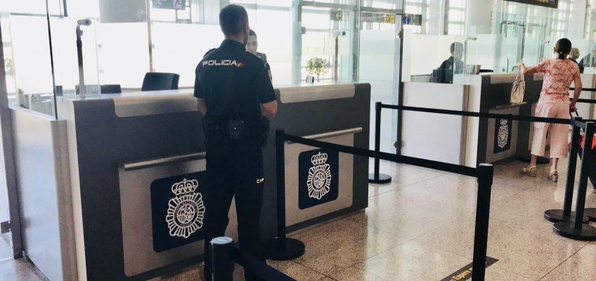 En un control de documentación en el Aeropuerto de Málaga-Costa del Sol  La Policía Nacional detiene a tres personas por presentar documentación falsa o a nombre de otra persona para salir del territorio nacional