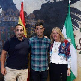 La alcaldesa felicita al triatleta marbellí Juan Antonio Gómez tras el triunfo en su categoría en el Ironman de Malasia