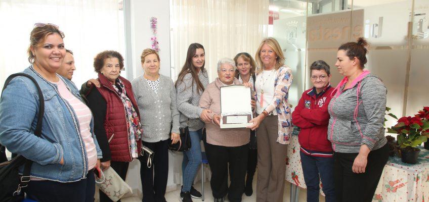 La alcaldesa reconoce la labor profesional de la trabajadora municipal jubilada María Oliva García