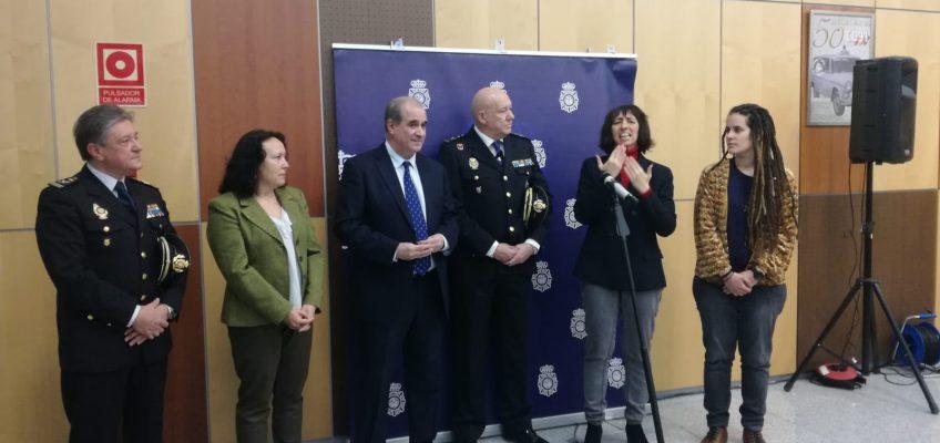 Nuevo paso en la colaboración entre la Policía Nacional y la Confederación Estatal de Personas Sordas  Las personas sordas podrán contactar con el 091 a través del servicio SVIsual