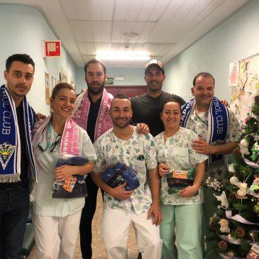 Jugadores del Marbella Fútbol Club visitan el Área de Pediatría del Hospital Costa del Sol
