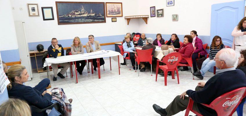 La alcaldesa mantiene un encuentro con vecinos de El Barrio para abordar el proyecto de remodelación integral de calle Málaga y el calendario de las obras