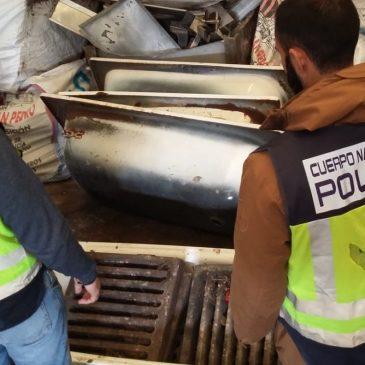 Valoradas en más de 160.000 euros  La Policía Nacional detiene en Marbella a dos personas por la sustracción de 375 tapas de alcantarilla en varias localidades malagueñas