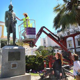 La Tenencia de Alcaldía continúa la puesta en valor de las esculturas de San Pedro Alcántara con los trabajos de restauración en la del Marqués del Duero