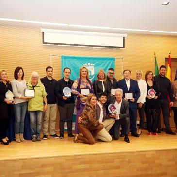 """El Ayuntamiento reconoce a los negocios de Las Chapas su contribución a """"la excelencia de Marbella"""" durante la entrega de los Premios al Comercio del Distrito"""